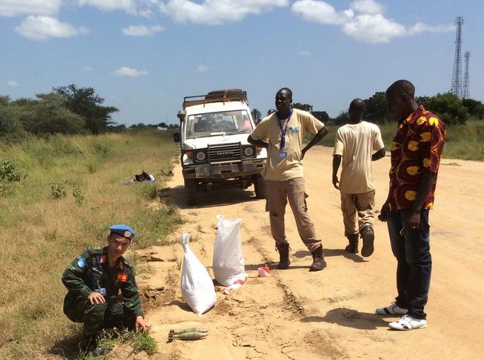 Thượng tá Trần Nam Ngạn trong một lần tham gia xử lý bom đạn chưa nổ ở Nam Sudan (Ảnh do nhân vật cung cấp)