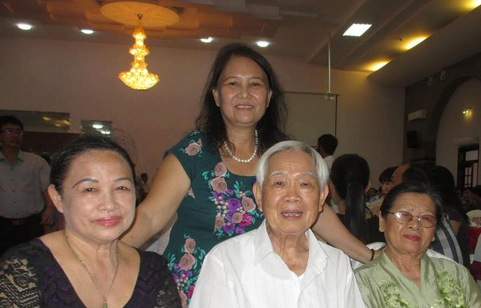 Nhà giáo Nguyễn Xuân Đàm và người thân. (Ảnh do nhân vật cung cấp)