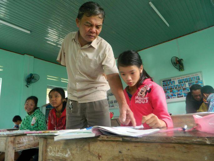 Thầy Nguyễn Hương tận tình chỉ dạy những học sinh khuyết tật