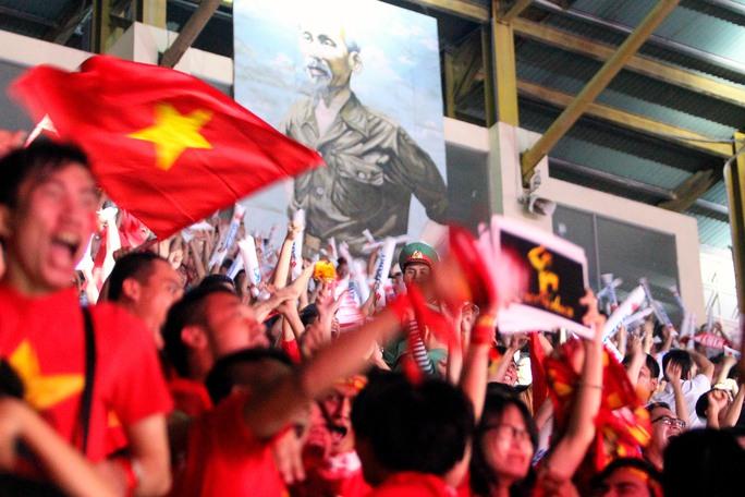 Cả sân vận động như vỡ òa khi Vũ Minh Tuấn gỡ hòa 2-2 cho Đội tuyển Việt Nam