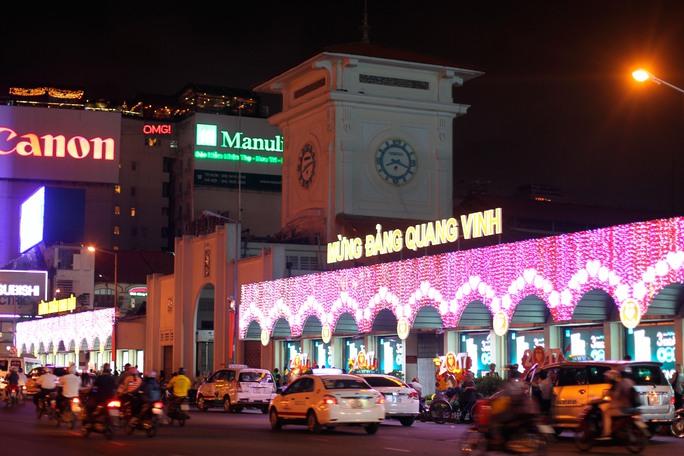 Cổng chợ Bến Thành được trang trí rực rỡ đón năm mới. Tuy nhiên, so với mọi năm thì trang trí khá đơn giản