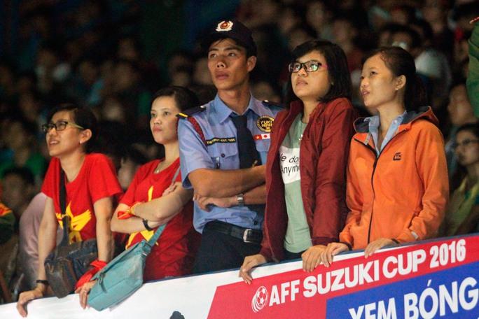 Muôn màu cảm xúc CĐV Việt Nam tại TP HCM