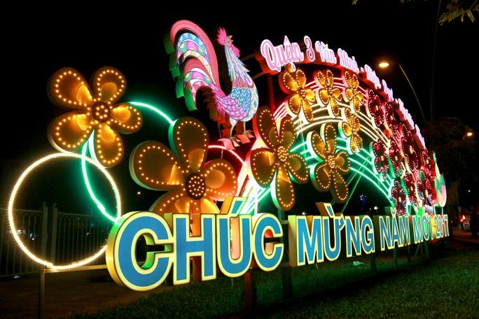 Dọc 2 bên đường Hoàng Sa – Trường Sa (Quận 3) được lắp đặt các cổng chào năm mới với hình ảnh Quận 3 Văn minh – Hiện đại – Nghĩa tình