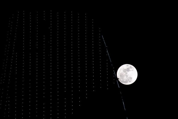 Hình ảnh siêu trăng đạt cực đại trên đỉnh tòa nhà Bitexco vào khoảng 20 giờ tối 14-11.