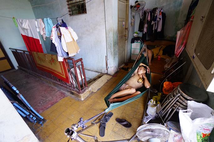 Bên trong thì dột nát, ẩm thấp, một số hộ đã di chuyển ra ngoài sống khiến chung cư càng trở nên hết sức vắng vẻ. Phía trên sân thượng, đồ đạc của người dân được bày ra ngay cả ngoài hành lang