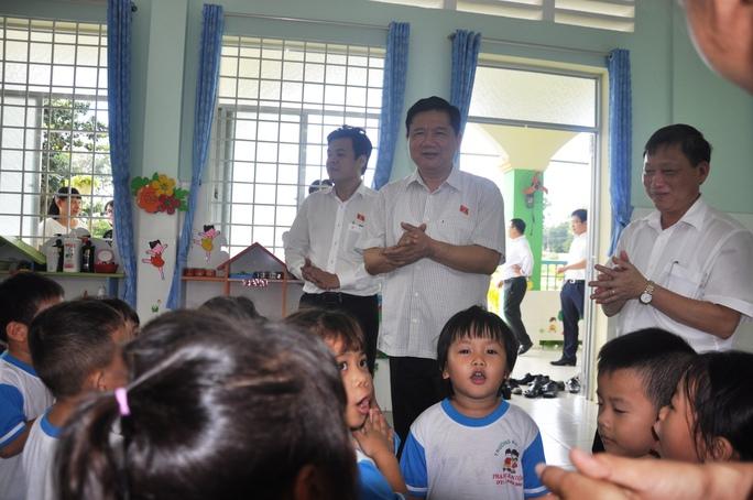 Cô giáo và các bé mầm non cùng hát với Bí thư Thành ủy TP HCM