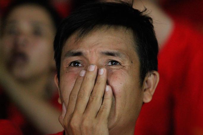 Chứng kiến ĐT Việt Nam bị thủng lưới vào hiệp phụ nhiều CĐV đã không cầm được nước mắt