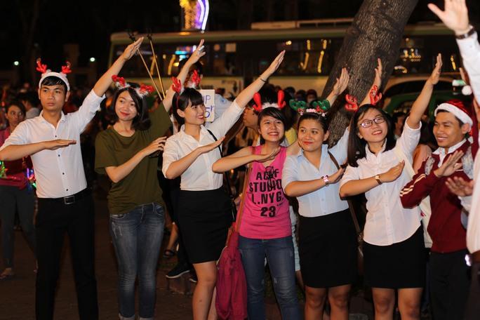 """Những kiểu chụp hình """"phùng mang trợn má"""", giơ tay hình chữ V… đã quá lỗi thời. Một nhóm bạn trẻ cùng nhau chụp ảnh theo xu hướng chụp hình đang bùng nổ trên là Dab."""