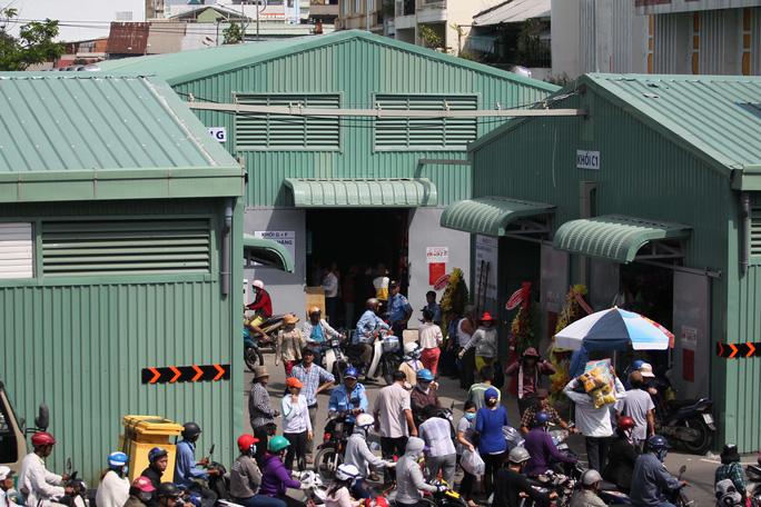 Chợ tạm gồm 6 khu, 1.077 sạp, mỗi sạp có diện tích 2.25 mét vuông