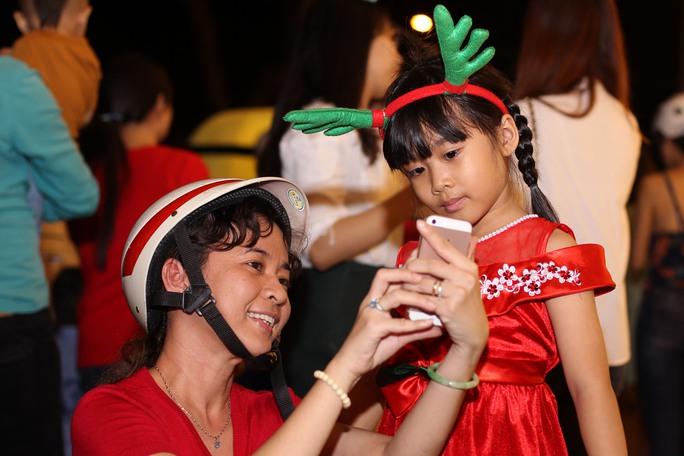 Bé Khánh Vân cùng mẹ lưu lại khoảng khắc đêm Giáng sinh