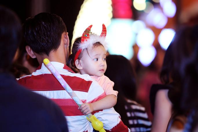Các bé được gia đình đưa đi chơi dịp Noel
