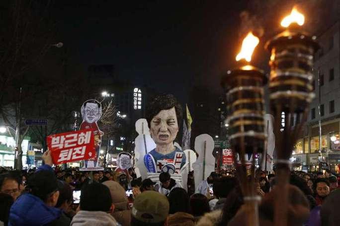 Người dân tham gia biểu tình phản đối Tổng thống Park cuối tuần qua. Ảnh: EPA