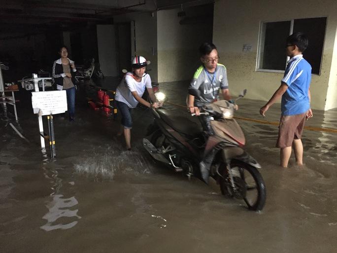 Tuy nhiên những chiếc xe vẫn tiếp tục được các bạn sinh viên giúp nhau đưa ra khỏi hầm.