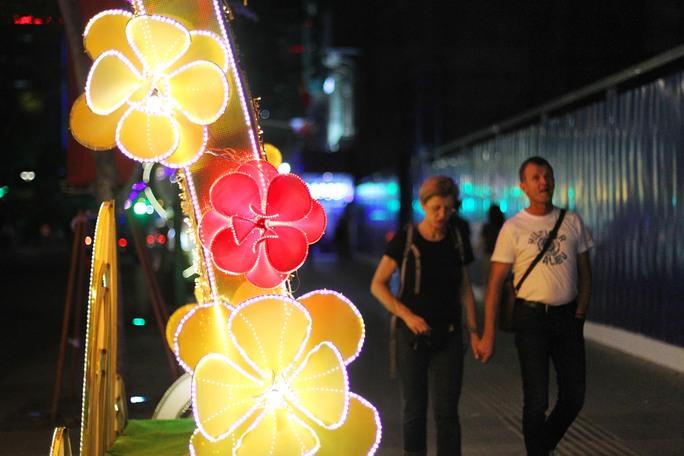 Những vòm cổng lớn được bài trí hàng ngàn chiếc đèn led cùng họa tiết hoa mai, hoa đào tượng trưng cho Tết cổ truyền sắp tới.