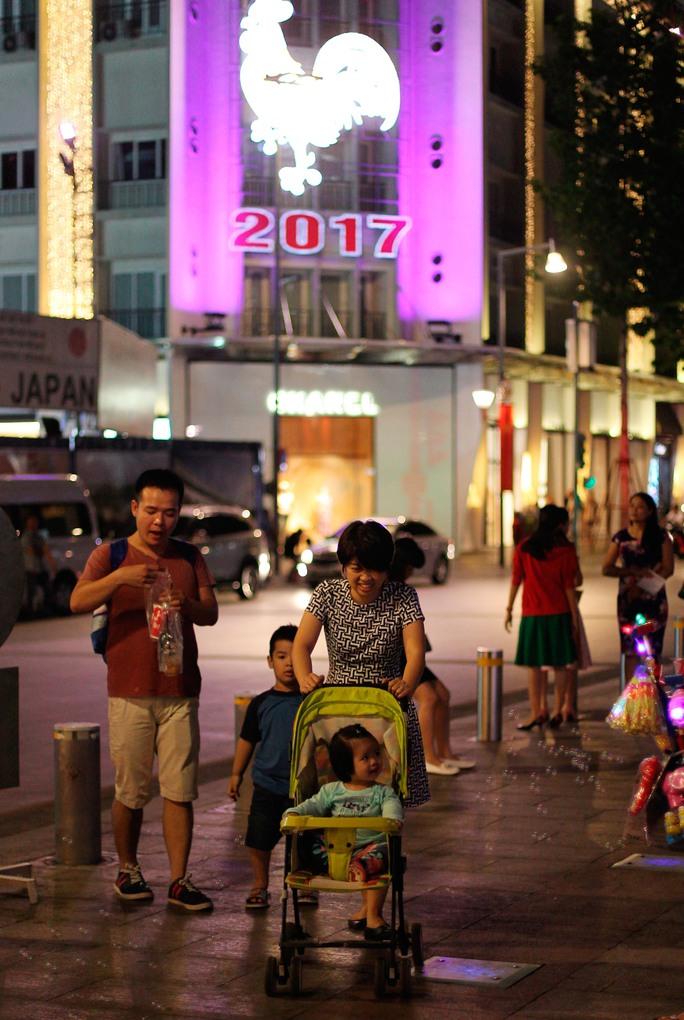 Nhiều gia đình đã bắt đầu dạo phố