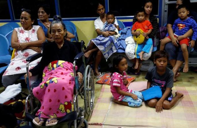 Người dân Philippines ở trung tâm sơ tán tránh bão Haima Ảnh: Reuters