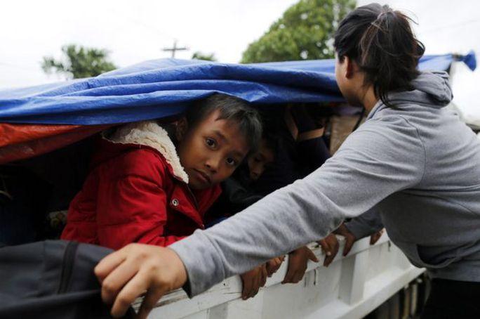 Hàng chục ngàn người Philippines sơ tán trước bão Haima. Ảnh: EPA