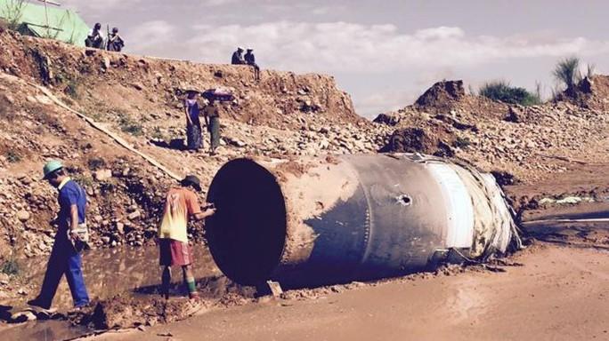 Vật thể hình trụ được phát hiện hôm 10-11 tại thị trấn Hpakant, bang Kachin. Ảnh: YANNAING PYI SONE AUNG