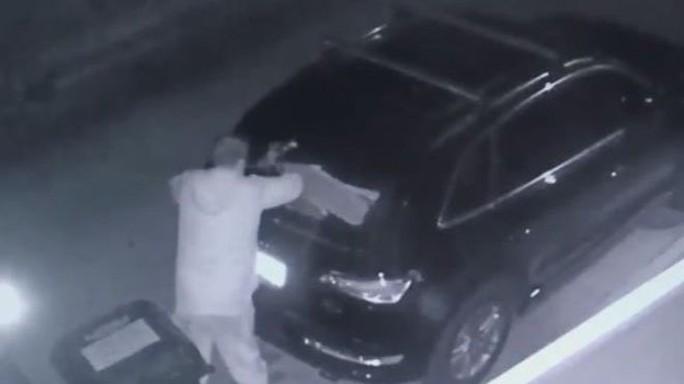 Hình ảnh kẻ trộm cắt từ camera giám sát