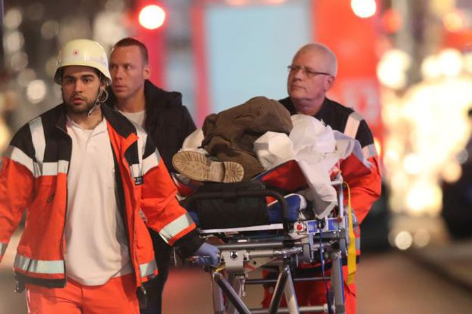 Người bị thương được đưa đi cấp cứu. Ảnh: SEAN GALLUP