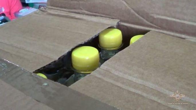 Hàng ngàn chai rượu giả đã bị nhà chức trách Nga tịch thu. Ảnh: EPA