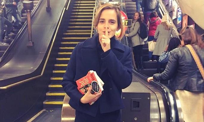 Emma mang sách đi giấu