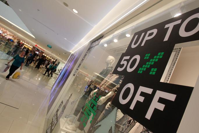 Bảng Sale được bày khắp nơi trước các cửa hàng