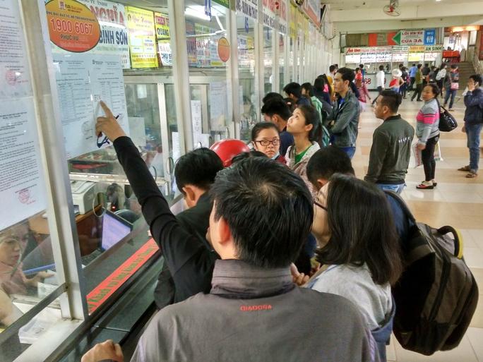 Hành khách tập trung đông ở các quầy bán vé xe thương hiệu trong sáng 18-12
