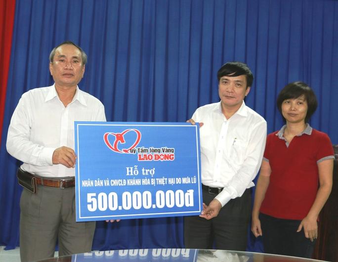 Ông Nguyễn Hòa, Chủ tịch LĐLĐ Khánh Hòa đón nhận tấm lòng người lao động cả nước hướng về người dân vùng lũ Khánh Hòa
