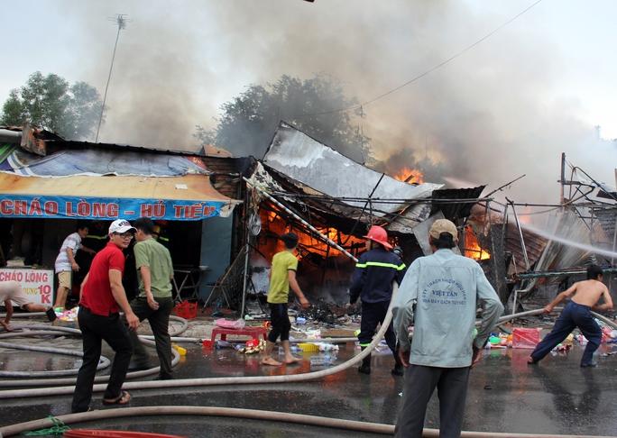 Nhận được tin báo, lực lượng chức năng cũng nhanh chóng huy động hàng chục chiến sĩ cùng nhiều xe chữa cháy tìm cách khống chế ngọn lửa.