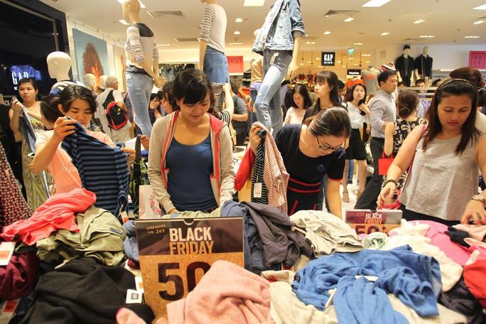 Phổ biến nhất là mặt hàng quần áo, hầu hết các cửa hàng ở đây đều đông khách và mức giảm từ 30- 50%.