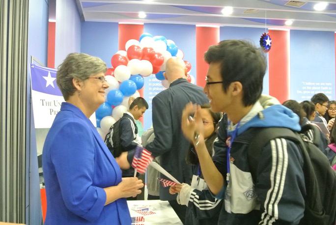 Các bạn trẻ quan tâm tìm hiểu về cuộc bầu cử Tổng thống Mỹ