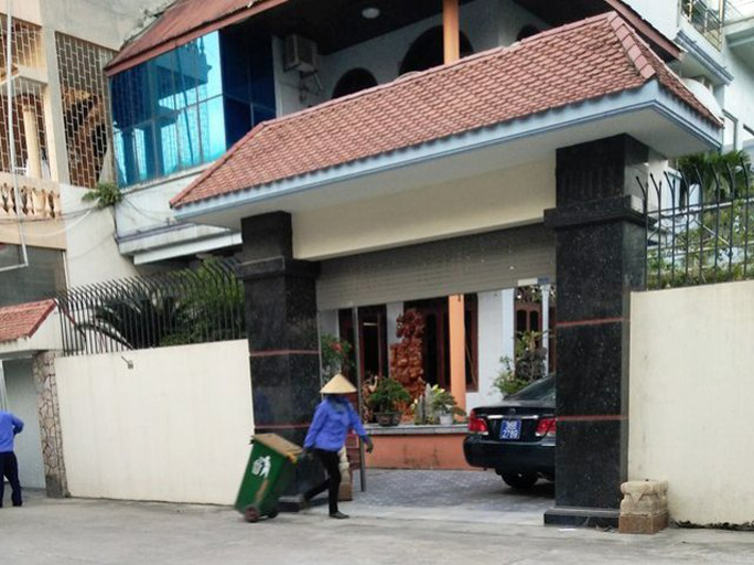 Chiếc xe biển xanh để ở nhà riêng ông Nguyễn Xuân Phi được ông Phi giải thích là mượn của Công ty Sông Mã để đi lại