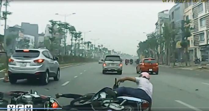 Sau khi gây ra vụ tai nạn, tài xế chiếc xe Toyota Innova không dừng lại để xem nạn nhân bị thương hay không mà rồ ga bỏ chạy