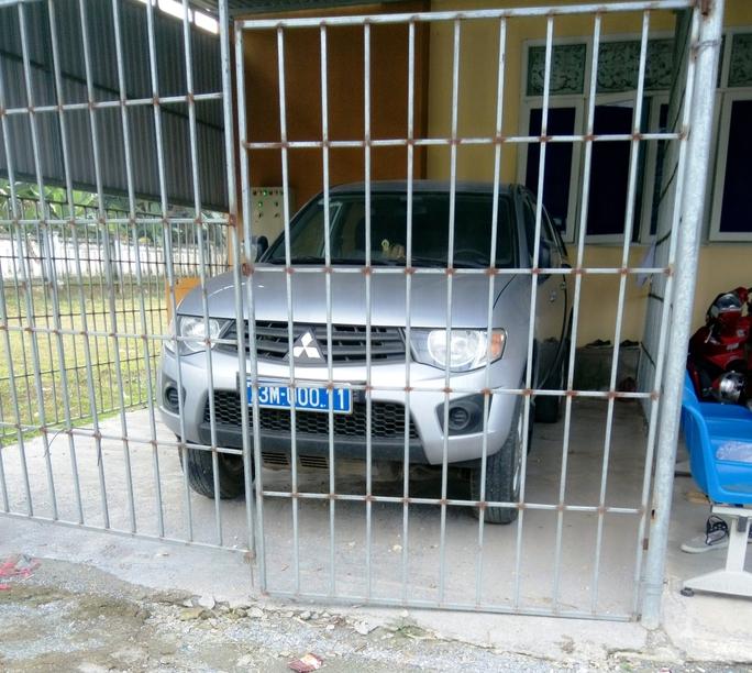 """Chiếc xe """"đắp chiếu"""" trong gara 2 năm qua tại Trung tâm YTDP huyện Tuyên Hóa nhưng vẫn tốn hàng chục triệu tiền bảo hiểm"""