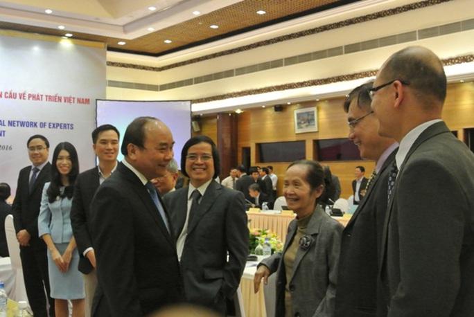 Thủ tướng trò chuyện với các chuyên gia, nhà khoa học trước hội nghị