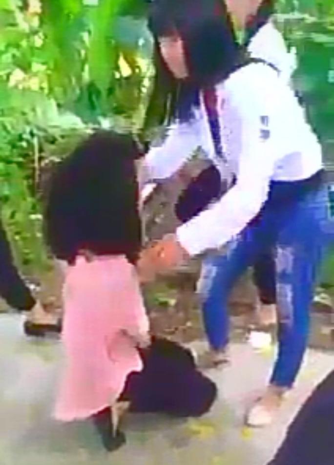 Nữ sinh bị bắt quỳ xin lỗi - Ảnh cắt từ clip