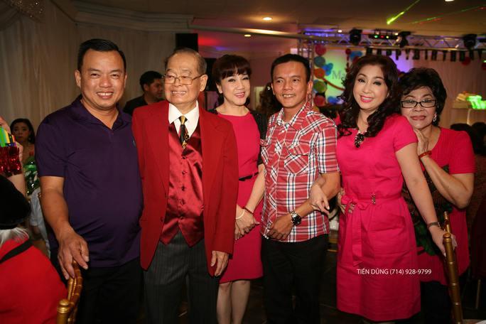 NS Ngọc Đáng, Thoại Mỹ, Phương Hồng Thủy và các khán giả kiều bào chúc mừng sinh nhật 89 tuổi NS Văn Chung