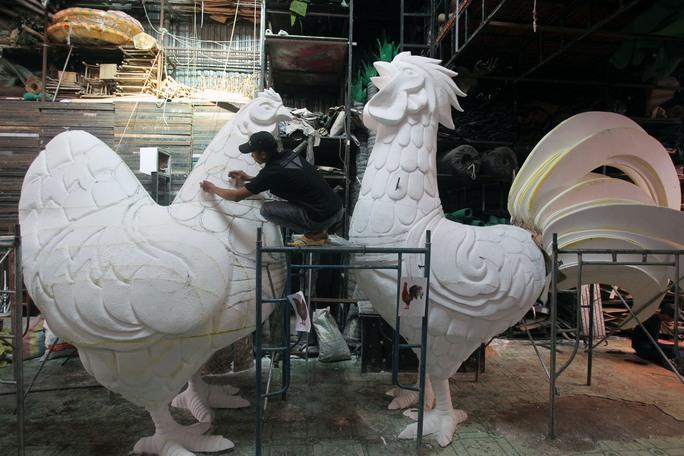 Biểu tượng linh vật của năm Đinh Dậu được đặt ở vị trí trung tâm với gà trống cao 3,5m, gà mái cao 2,8m và 15 chú gà con cao 0,6m.
