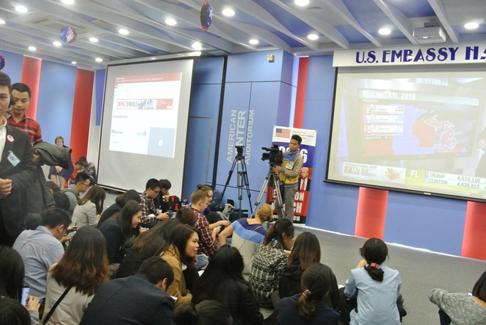 Các bạn trẻ theo dõi kết quả qua các màn hình lớn được đặt trong Đại sứ quán