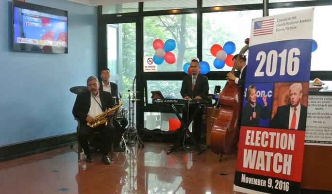 Ban nhạc trình diễn tại Đại sứ quán Mỹ ngày bầu cử