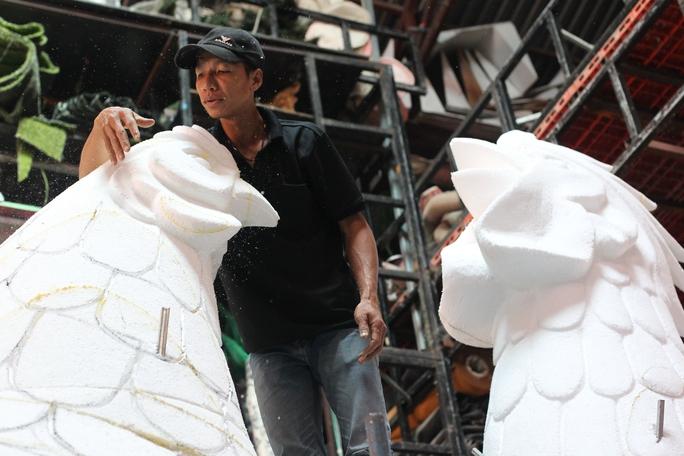 Tại xưởng của nghệ nhân Văn Tòng (số 9, Tỉnh lộ 41, P. Thạnh Lộc, quận 12), các nghệ nhân tất bật làm việc để hoàn thành biểu tượng linh vật của năm Đinh Dậu.