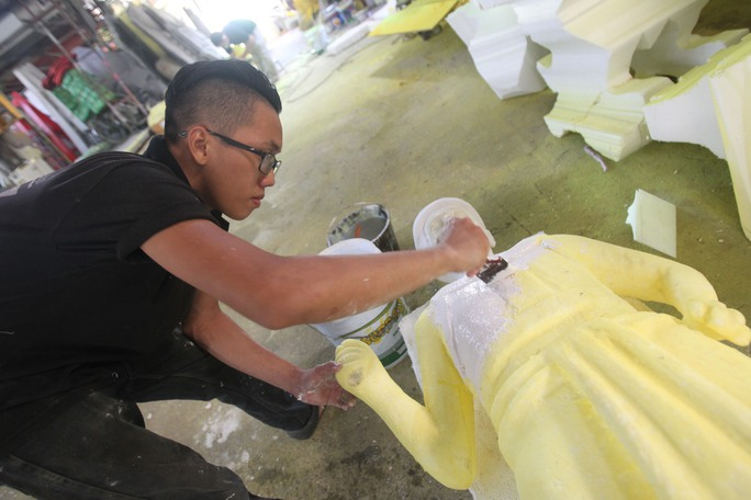 Phía bên trong các nghệ nhân đang sơn phết cho các tượng