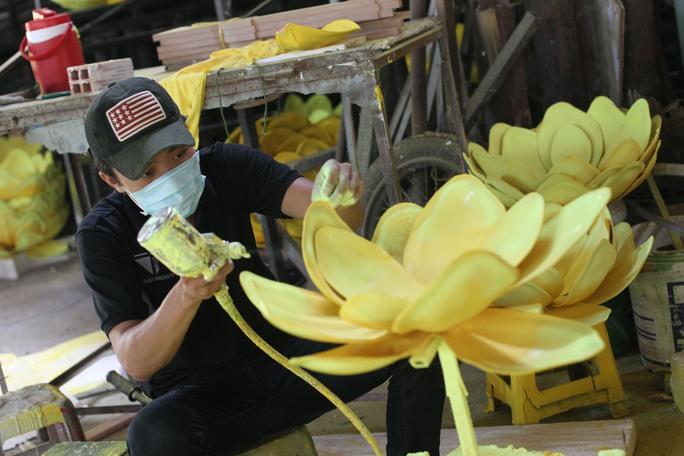 """Tiểu cảnh """"Cây xuân"""" tạo không gian ấm áp với những cánh hoa mai vàng rực"""