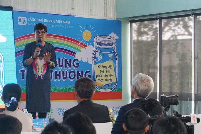 NSƯT Thành Lộc phát biểu trong buổi họp báo chương trình Lọ đựng tình thương