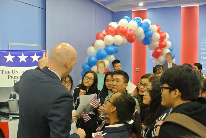 Bạn trẻ Việt xem truyền trực tiếp kết quả bầu Tổng thống Mỹ