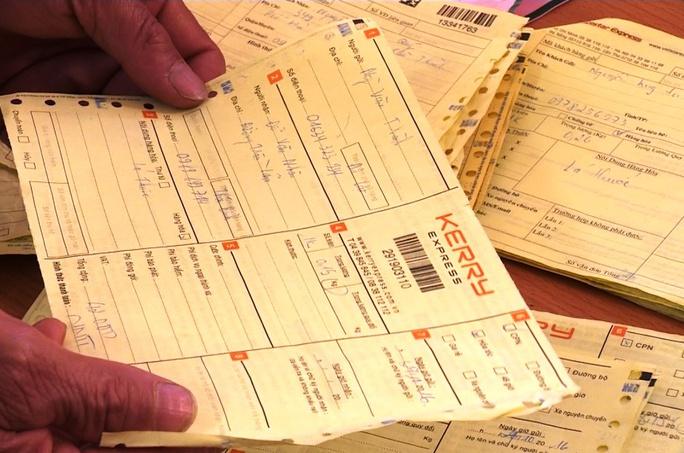 Hàng chục hóa đơn giao dịch được Công an Lâm Đồng thu giữ.