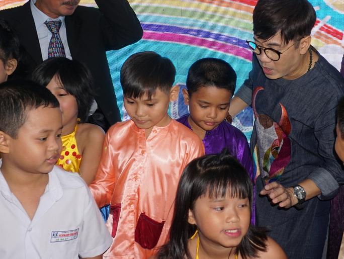 NSƯT Thành Lộc và các em thiếu nhi Làng SOS trong buổi họp báo sáng 5-10