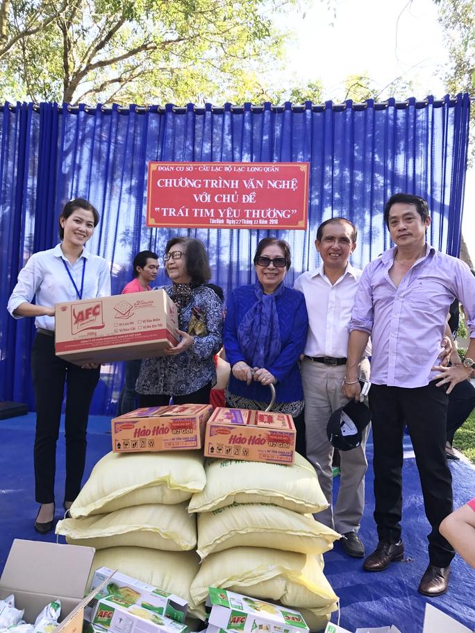 NSƯT Diệu Hiền, Ngọc Hương, nhạc sĩ Thanh Tùng và NS Khánh Tuấn trao quà từ thiện cho bà Trần Thị Thúy Phương - PGĐ Trung tâm Điều dưỡng tâm thần Tân Định - Bình Dương