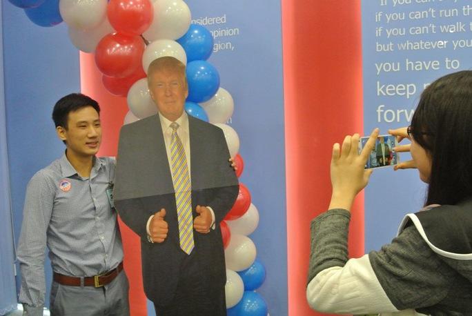 Chụp ảnh với hình ảnh ứng cử viên Donald Trump